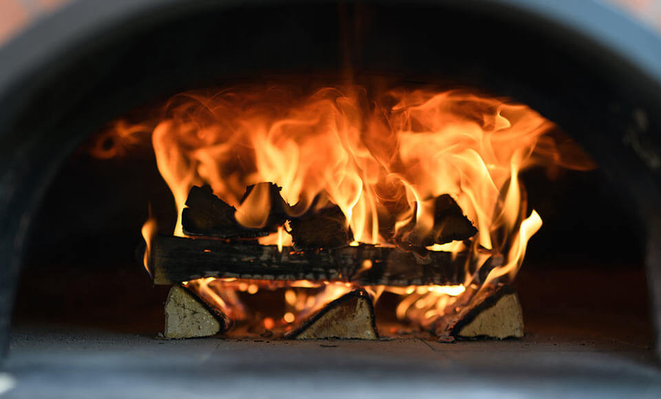 Das Feuer im Ofen lodert