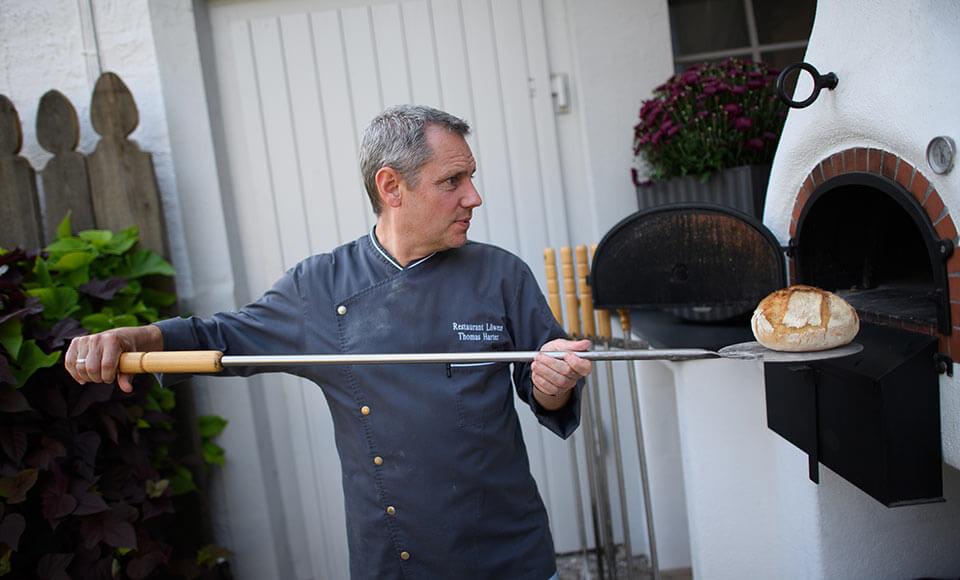 Frisches Holzofenbrot wird gebacken